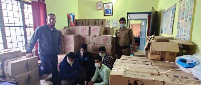 4 people including 2 youths of Almora caught with illegal liquor